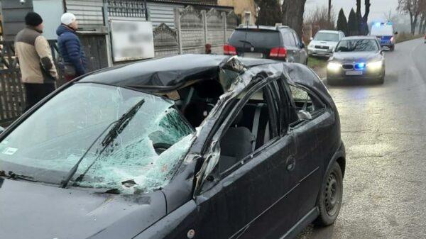 wypadek, wypadek z maszyną rolniczą, ciągnik zniszczyła auto, wypadek z ciągnikiem, samochód osobowy z ciągnikiem, wypadek z maszyną rolniczą, ciągnik uszkodził auto, oszukać przeznaczemie,