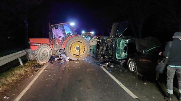 samochód uderzył w traktor, traktor wypadek, wyapadek trakotoru, wypadki w rpl;nicwie, zderzenie z maszyną rolniczą, uderzuył w przyczepe traktoru. Prudnik, Łąka Prudnicka, Wypadek drogowy, wypadki dorgowe, polskie wypadki, polscy kierowcy,