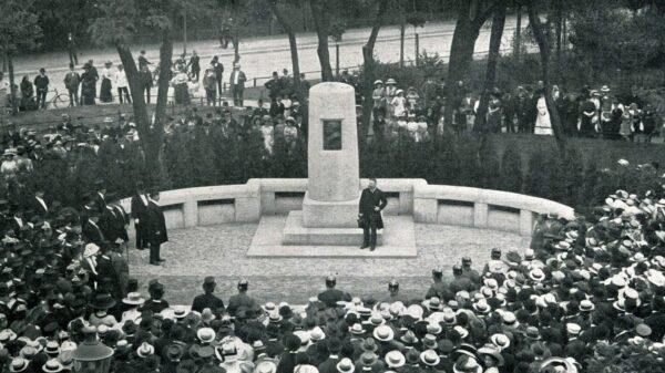 pomnik, odnaleziony pomnik, zakopany pomnik, poniemiecki pomnik, robotnicy wykopali pomnik, znaleziono pomnik, konserwator zabytków, odkrycie,