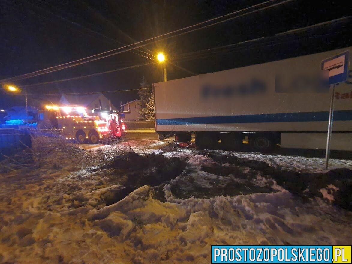 tir, poślizg tira, tirem w dom, złamał samochód ciężarowy, pożlizg ciężarówk≤ złamał naczepę, ciężarowka poślizg, 1 metr od domu. wypadek, ślisko na drodze,