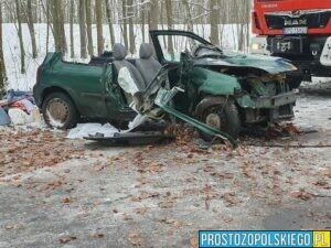 Groźny wypadek na oblodzonej drodze, strażacy zmuszeni do użycia sprzętu hydraulicznego.