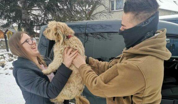 """wyziębiony pies, uratowali psa, przechłodzony pies, psu zpomocą, pomogli psu, piez zamarzał, zima zwerzęta, KRYMINALNI W PORĘ PRZYSZLI Z POMOCĄ WYZIĘBNIĘTEMU PSU """"MAJA"""""""