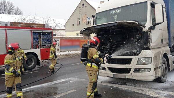 Pożar ciężarówki, pożar auta ciężarowego, pożar tira, pożar ciągnika siodłowego, Pożar ciężarówki w centrum Krapkowic. Kierowcy zatrzymali się autami i udostępniali własne gaśnice.(Zdjęcia)