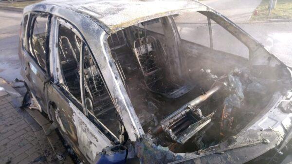 Pożar auta na osiedlu w Opolu.(Wideo)