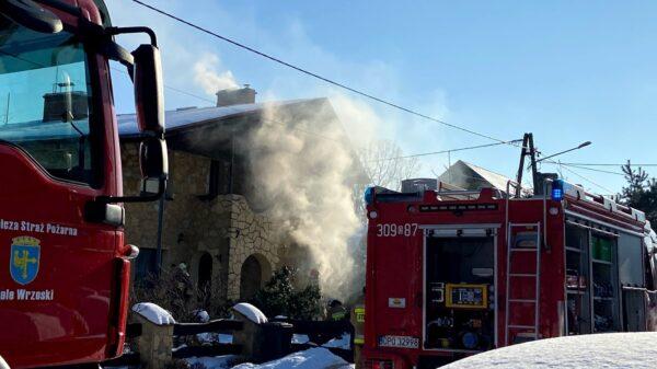 Pożar budynku w Dąbrowie. Na miejscu 7 jednostek straży.(Wideo)