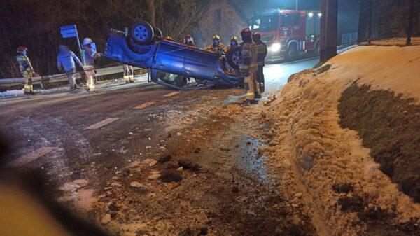 Wypadek w miejscowości Poręba. Dachował tam ford range.(Zdjęcia)