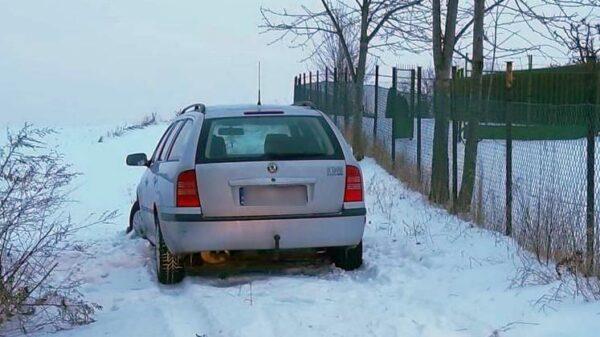 skradzione auto, skradziona skoda, odzyskano skradzoine, policja z głuchołaz, policja odnlazła, znaleziono skradzione auto, Dzielnicowy odnalazł skradziony samochód.