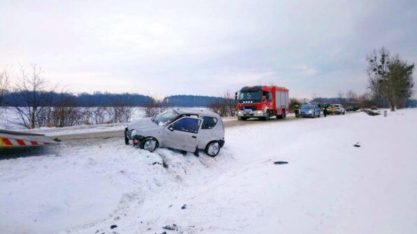 Kierująca autem straciła panowanie na śliskiej nawierzchni i dachowała w Karczowie.