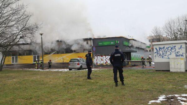 pożąr sklepu, pożar marketu, pożar żabki, gaszenie sklepu, pożar sklepu spożywczego, duży pożar, pali się market żabka, pożar w Opolu, pożar sklepu w Opolu, żabka na ZWM, duży pożar sklepu, pali sie spożywczy,