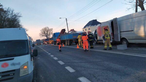 Kierujący busem najechał na tył naczepy ciężarówki.(Zdjęcia)