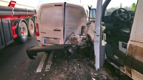 Wypadek na obwodnicy Opola. Zderzenie busa z dostwaczakiem.