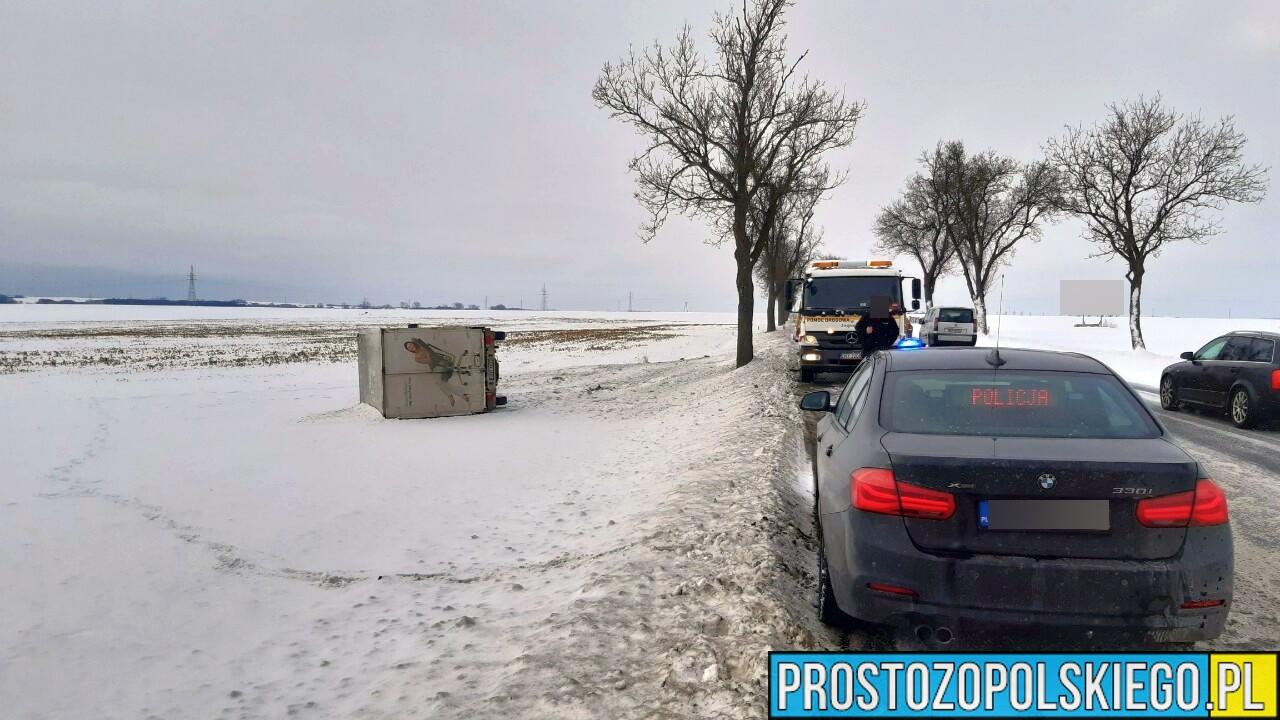 Samochód dostawcy wypadł z drogi na dk46 (Sidzina) i przewrócił się na bok.(Zdjęcia)