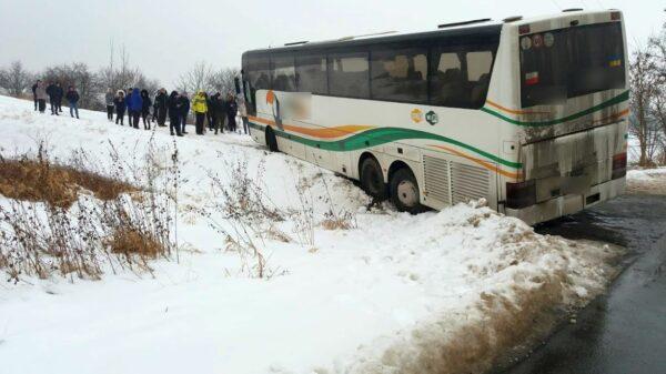 Autobus w zaspie, zakopał sie autobus, autobus wypadł z drogi, pomoc dla pasażerów autobusu, ukrainśki autobus, Krapkowicka Opole autobus,zakopany autobus, wypadek autobusu,