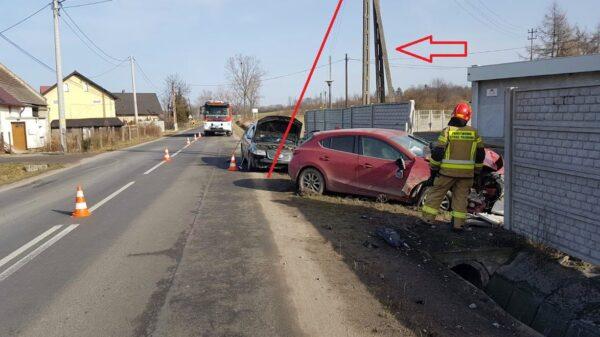 Zderzenie trzech samochodów w Przełęku. Mazda uderzyła w słup i wjechała w ogrodzenie.(Zdjęcia)