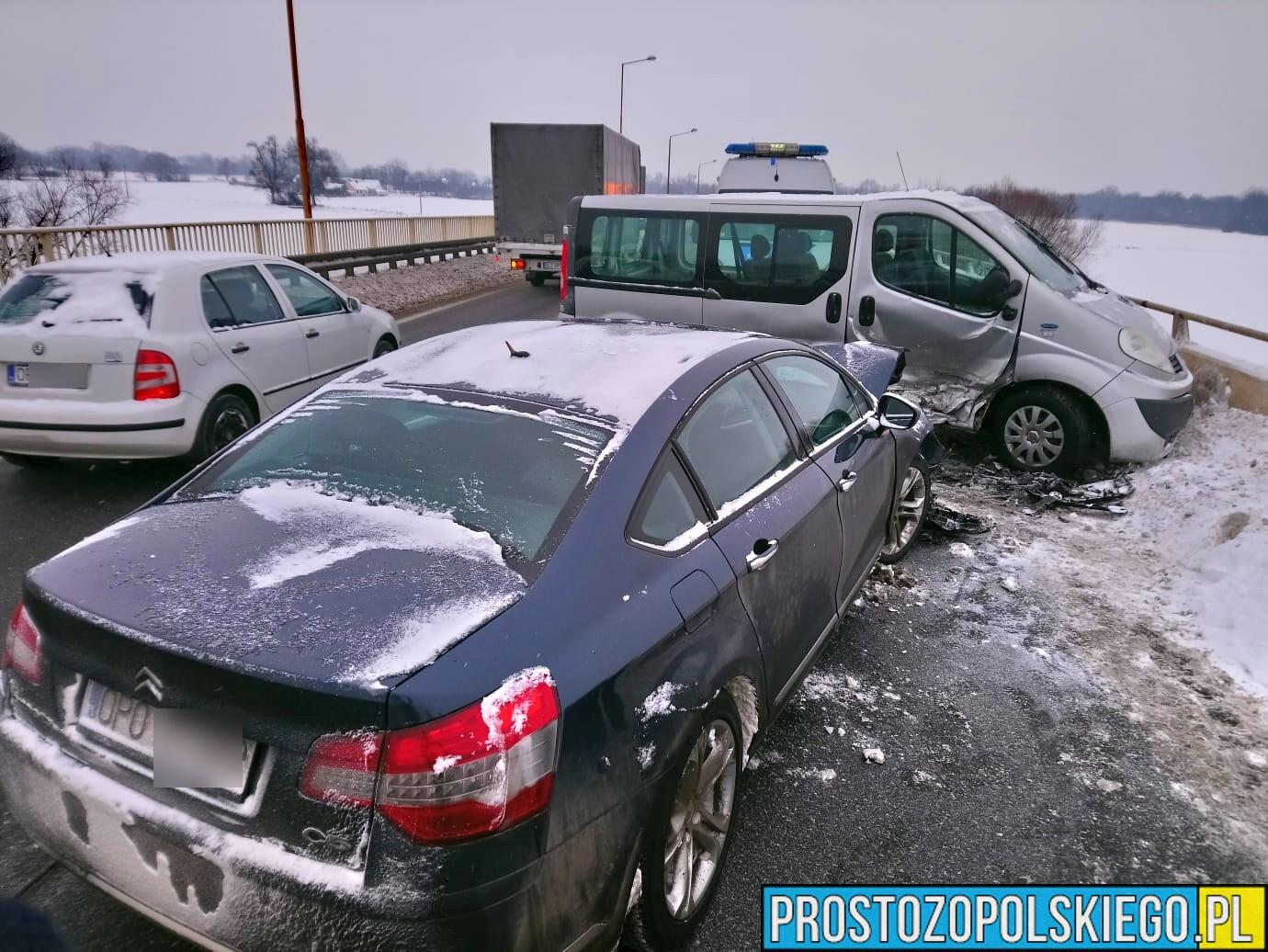 Zderzenie busa z osobówką na obwodnicy Opola w rejonie wiaduktu.
