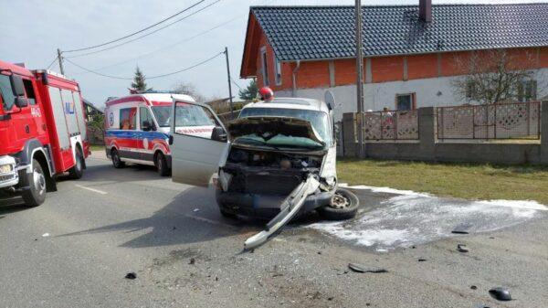 Dwa busy uległy zderzeniu czołowemu w Dobrej po Krapkowicami.(Zdjęcia)