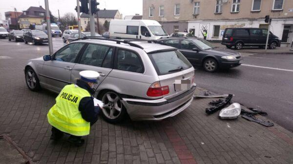 Zderzenie dwóch aut na skrzyżowaniu w Opolu, gdzie nie działa sygnalizacja świetlna.