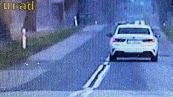 37-letnia kobieta kierująca osobowym BMW jechała z prędkością 102 km/h w terenie zabudowanym.