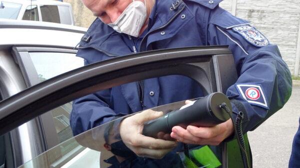 Nowe narzędzie policjantów do pomiaru przepuszczalności światła, kierowcy z oklejonymi oknami miejcie się na baczności.