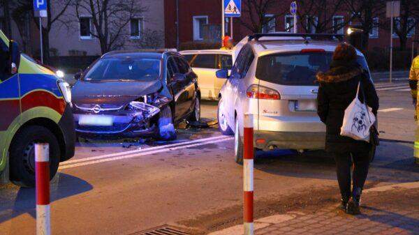 Zderzenie opla z fordem na skrzyżowaniu w Opolu.(Zdjęcia)