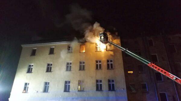 Pożar budynku w Prudniku. Ogień wychodził oknami na 3p.(zdjęcia&wideo)
