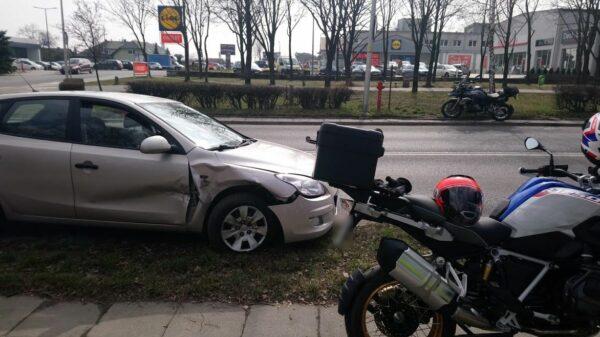 Kierująca samochodem wymusiła pierwszeństwo na jadącym motocyklem bmw 55-latkowi.