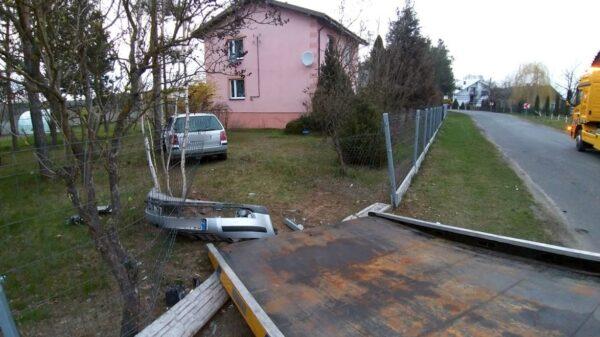 Zderzenie dwóch Volkswagenów, jeden z nich po zderzeniu wjechał do podwórka.(Zdjęcia)