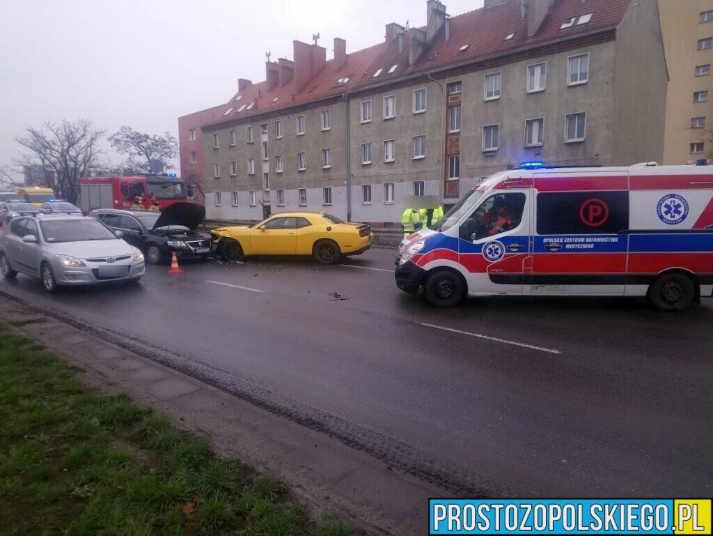 Zderzenie dwóch aut na ul. Nysy Łużyckiej w Opolu. Jedna osoba została zabrana do szpitala.