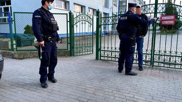 Policjanci interweniowali na boisku szkolnym na ul. Licealnej w Opolu.(Zdjęcia)