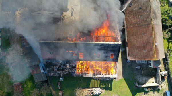 Pożar stodoły i samochodu w Niemodlinie. W akcji 11 zastępów straży pożarnej.(Zdjęcia&Wideo)