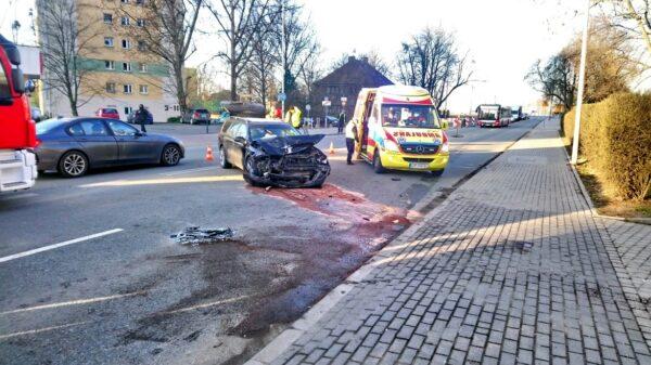 Wypadek na ul. Niemodlińskiej w Opolu. Zderzenie dwóch aut.(Zdjęcia)