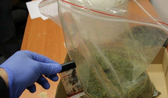 32-latek w lodówce trzymał 3 kostki masła z marihuaną. Grozi mu do 10 lat więzienia.