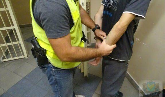 Policjanci zatrzymali do kontroli kierującego bmw, który posiadał substancje zakazane.