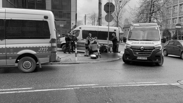 Po godzinie 12:00 na chodniku przy ul. Reymonta w Opolu upadł starszy mężczyzna.