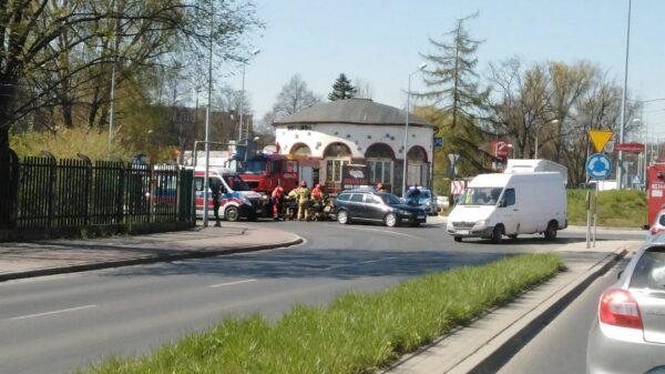 Wypadek motocyklisty na rondzie koło restauracji w Nysie.