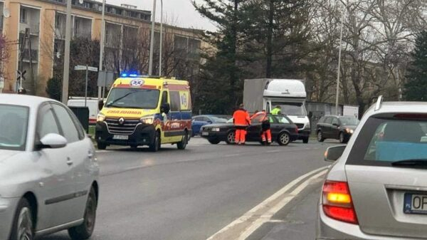 Obywatel Czech kierujący busem doprowadził w Opolu do zderzenia z audi. (Zdjęcia)