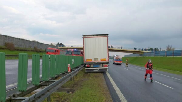 Kierujący ciężarówką obywatel Ukrainy zasłabł i uderzył w barierki energochłonne na autostradzie A4.Na miejscu lądował LPR Ratownik23.(Zdjęcia)