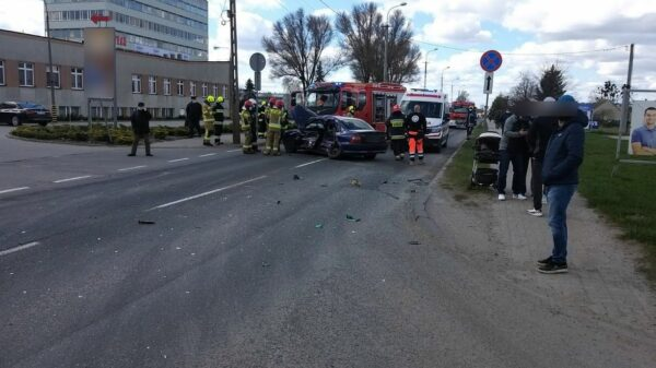 Zderzenie opla z ciężarówką w Praszce. Jedna osoba została poszkodowana.(Zdjęcia)