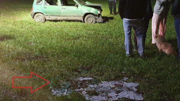 Dachowanie tico w Laskowicach. Dwie osoby trafiły do szpitala. Po wypadku z całego dachu samochodu odpadła szpachla. (Zdjęcia)