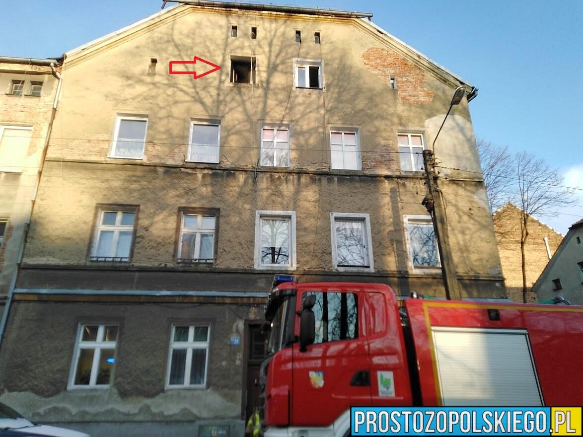 Pożar mieszkania w kamienicy w Prudniku. Jedna osoba została ranna.(Zdjęcia)