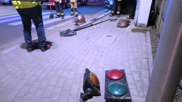Wypadek na skrzyżowaniu Niemodlińska Wojska Polskiego w Opolu. Ford wjechał sygnalizator i ogrodzenie.