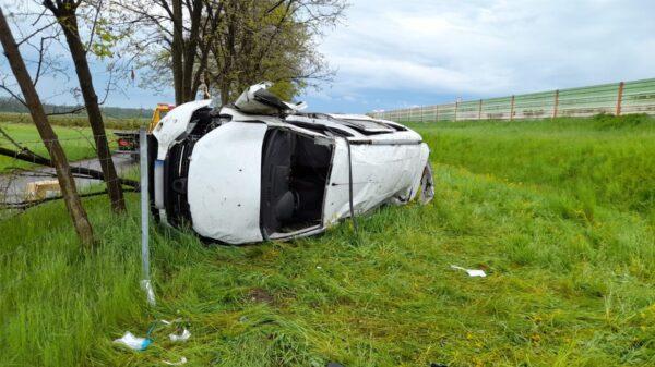 Śmiertelny wypadek na autostradzie A4.Dacia wypadła z drogi i dachowała. Na miejscu lądował LPR ratownik13.