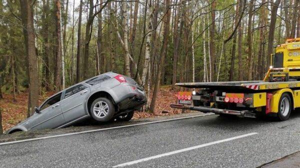Kierujący CHRYSLEREM 300C stracił panowanie nad autem i zakończył swoją jazdę w rowie.(Zdjęcia)