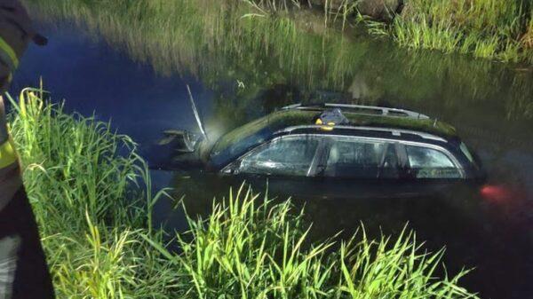 22-latek kierujący bmw wjechał do rzeki Widawy w Namysłowie.(Zdjęcia)