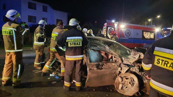 Zderzenie dwóch aut w Komornie. Dwie osoby ranne.(Zdjęcia)