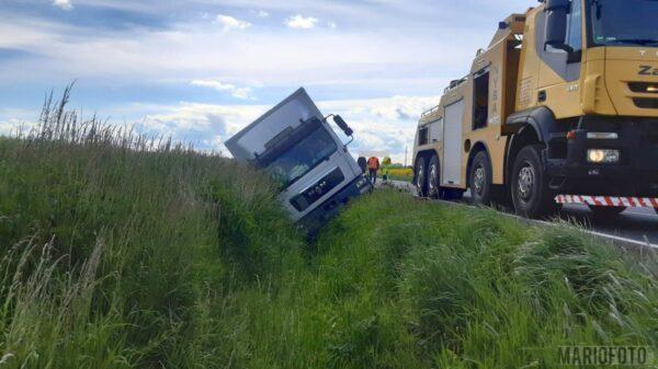 Kierujący ciężarówką z ładunkiem wjechał do rowu.(Zdjęcia)