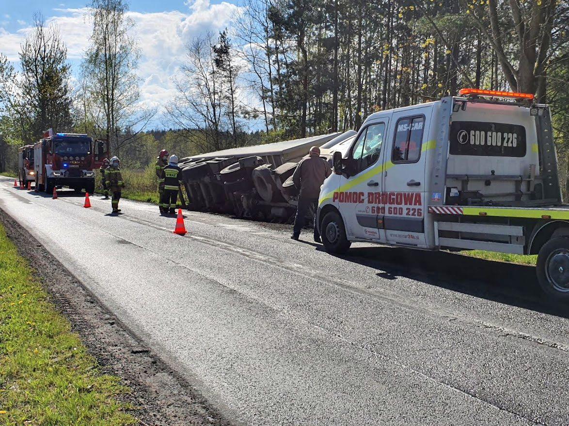 Ciężarówka wjechała do rowu. Wyciekło z niej paliwo. Interweniowały dwa zastępy straży z JRG i OSP
