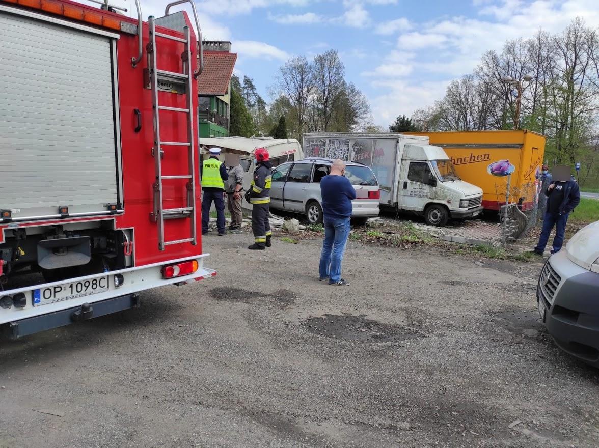 Kierujący samochodem stracił panowanie nad pojazdem i wjechał w ogrodzenie Niedźwiednika.(Zdjęcia)
