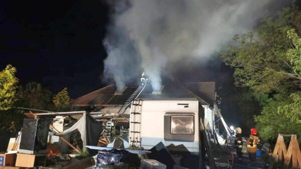Pożar poddasza w domku w Prudniku. Z ogniem walczyło 16 jednostek straży (Zdjęcia)