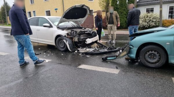Czołowe zderzenie dwóch aut w Dobrzeniu Wielkim.(Zdjęcia)